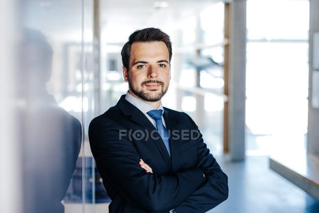 Portrait of businessman in tie and suit jacket — Stock Photo