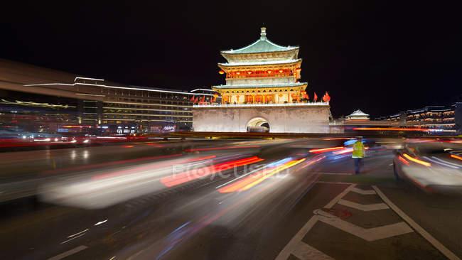 Размытые движения скорость света тропы на оживленной дороге ночью — стоковое фото