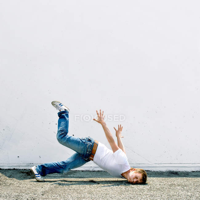 Action shot of a man falling to the ground — Stock Photo