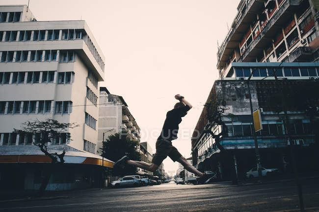 Action shot of a man jumping in the city — Stock Photo