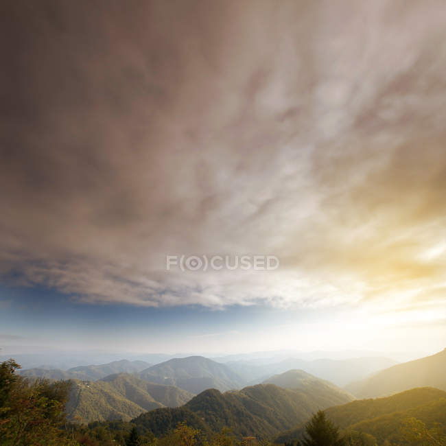 Scenic view on Alps mountains under cloudy sky, beauty in nature — Stock Photo