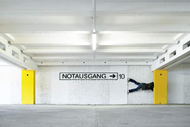 Людина, витягнувши жовтий стовпці на паркування — стокове фото