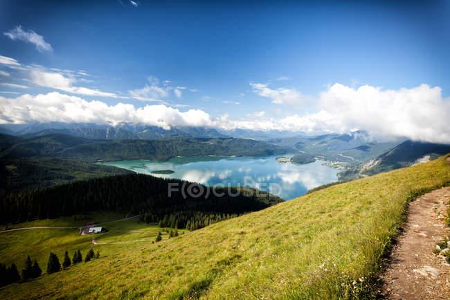 Paisagem de grama verde em montanhas e Lago azul água, Baviera Lago Walchen — Fotografia de Stock