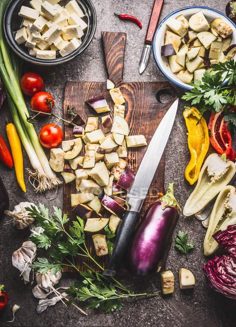 Высокий угол зрения нарезанные овощи на разделочную доску — стоковое фото