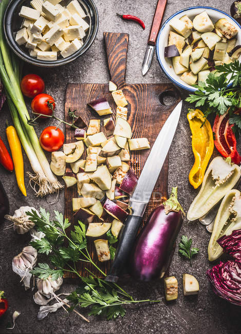 High angle view of chopped vegetables on a cutting board — Stock Photo