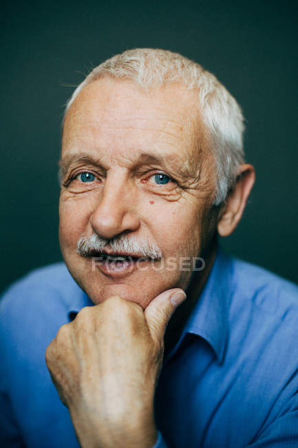 Portrait of man looking at camera — Stock Photo