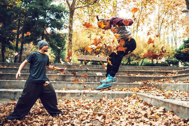 Hommes ludiques formation parkour astuces — Photo de stock