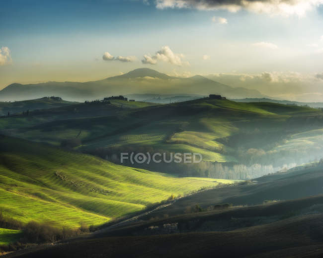 Green grass landscape with mountains in Italy, Tuscany valley — Stock Photo