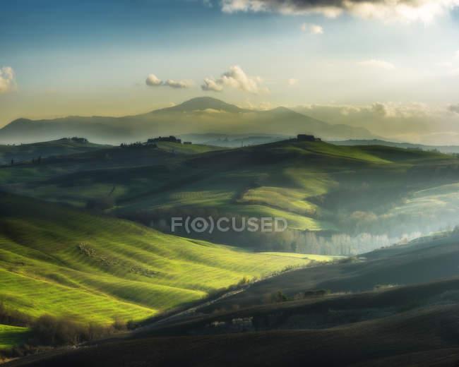 Paisagem de grama verde com montanhas em Itália, vale Tuscany — Fotografia de Stock