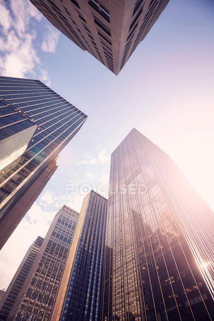 Modernos rascacielos de Manhattan, vista de ángulo bajo - foto de stock