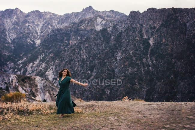 Повна довжина постріл жінки танцює на землі горами — стокове фото