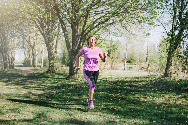Старшие женщины пробежку в парке летом — стоковое фото