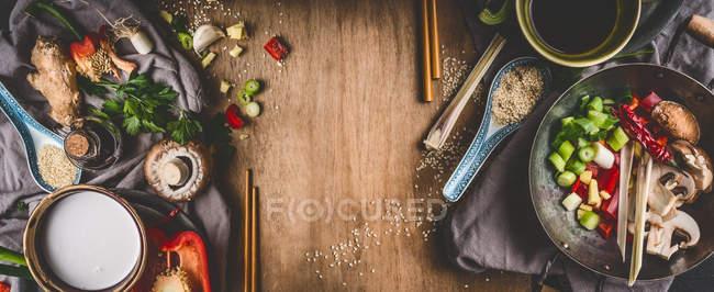 Висока кут зору свіжих продуктів на дерев'яний стіл — стокове фото