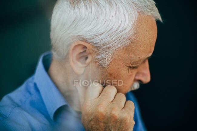 Портрет чоловіка на чорному фоні — стокове фото