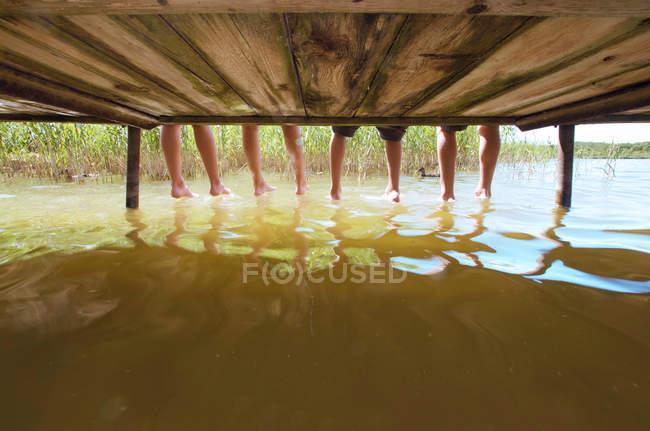 Menschliche Beine im See während des Tages — Stockfoto