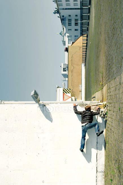 Ein Mann Freiklettern von einer Wand im Laufe des Tages — Stockfoto