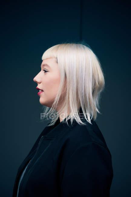 Porträt von blonden Haaren Frau mit Knall, Frisur-Seitenansicht — Stockfoto