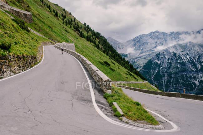 Straße in Bergen und Radfahrer fahren Fahrrad — Stockfoto