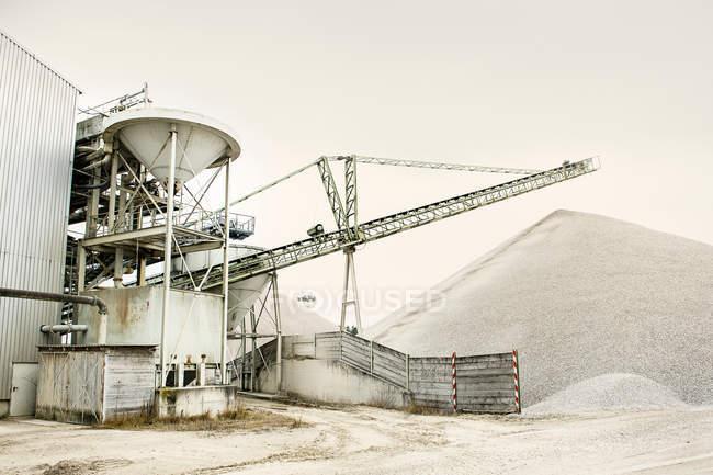 Вид на заводі проти сірим небом. — стокове фото