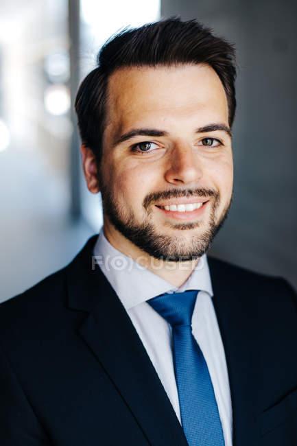 Portrait d'un homme d'affaires souriant porter veste et une cravate — Photo de stock