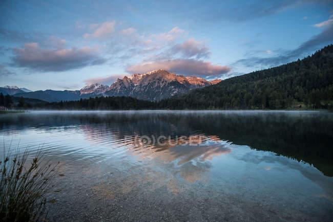 Панорама, горы озерной воды с отражением Восход неба, Альпы — стоковое фото