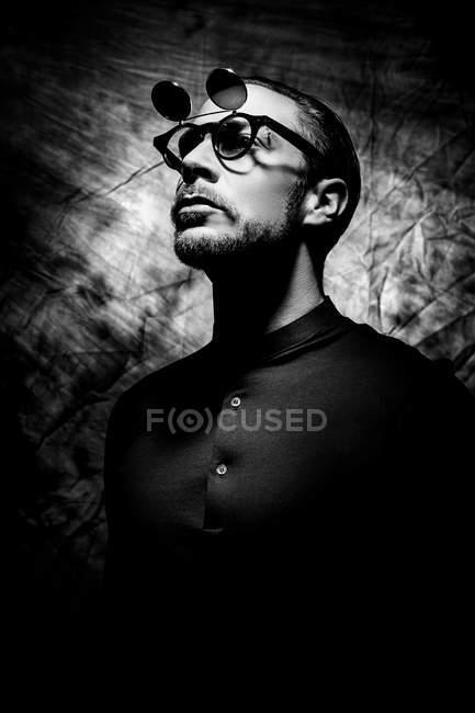 Nahaufnahme der junge Mann mit Brille, Monochrom — Stockfoto