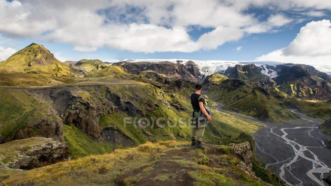 Uomo del viaggiatore di escursionista in piedi sulla collina con il bambino — Foto stock