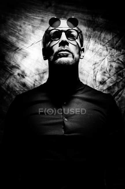 Vista do close-up do homem vestindo óculos, retrato monocromático — Fotografia de Stock