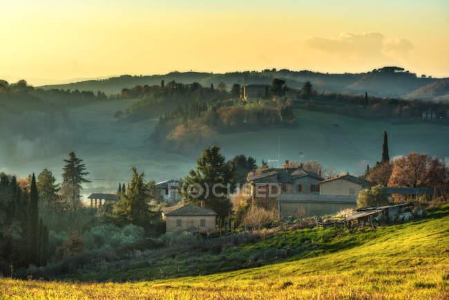 Paisagem cênica no campo rural com pequena vila de casas — Fotografia de Stock