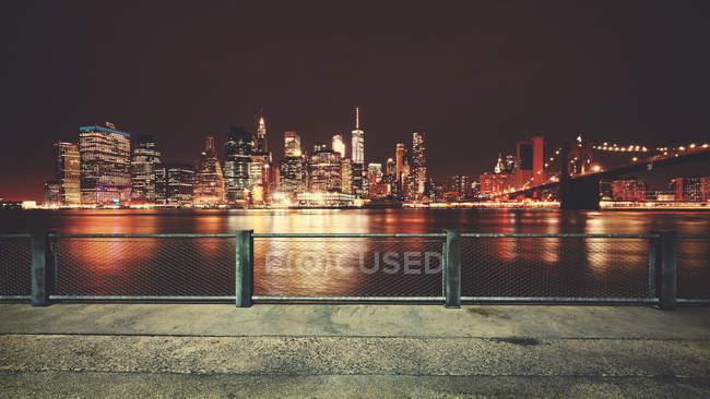 Illuminated city skyline under the night sky — Stock Photo
