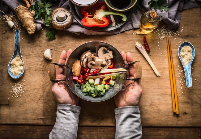 Висока кут зору особа, що відповідає здорову їжу на столі — стокове фото