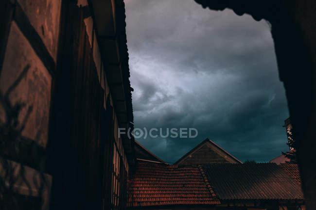 Niedrigen Winkel Ansicht von Gebäuden gegen bewölktem Himmel — Stockfoto