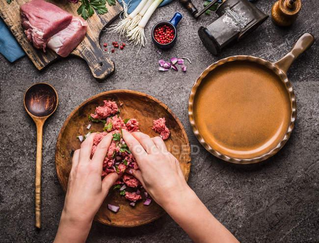 Висока кут зору людської руки приготування їжі на столі — стокове фото