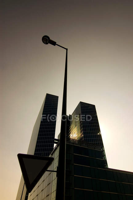 Low angle view on building and street lamp at sunset sky — Stock Photo