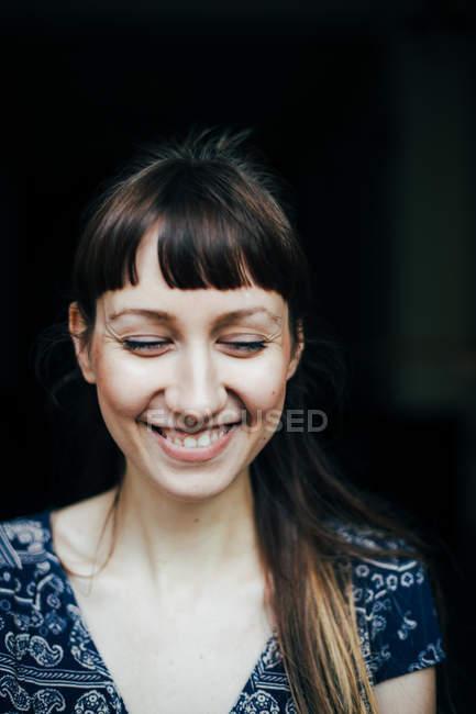 Retrato do close-up de uma jovem mulher feliz com os olhos fechar — Fotografia de Stock