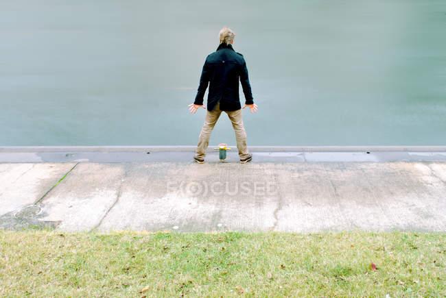 Voller Länge Rückansicht eines Mannes durch das Wasser während des Tages stehen — Stockfoto