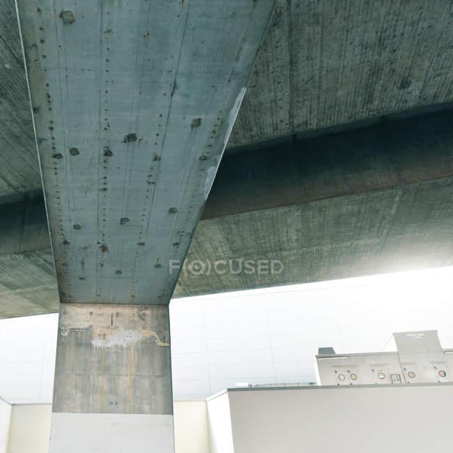 Lignes architecturales d'un immeuble en béton — Photo de stock