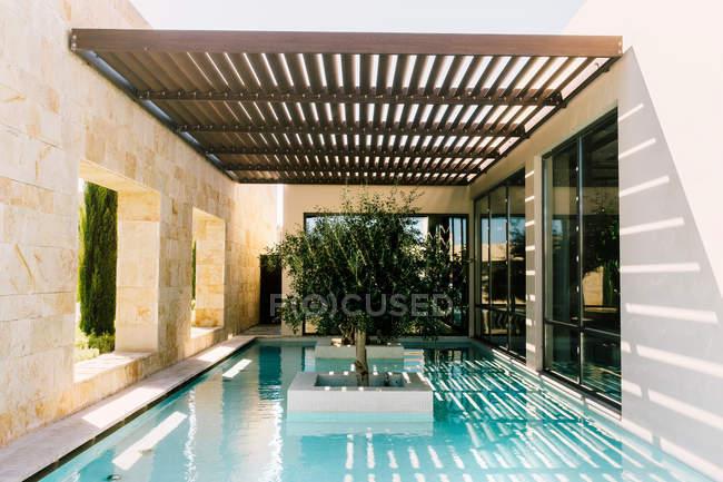 Vista della piscina in hotel. — Foto stock