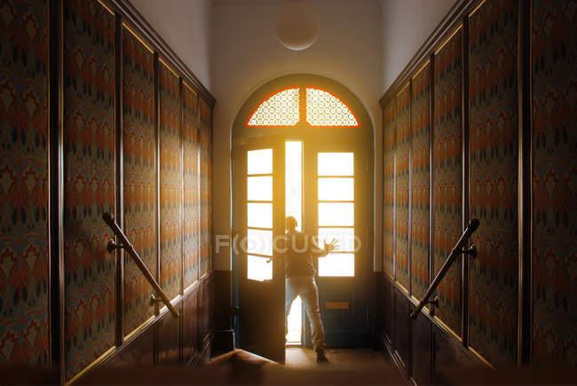 Rückansicht einer Person, die das Öffnen der Tür — Stockfoto