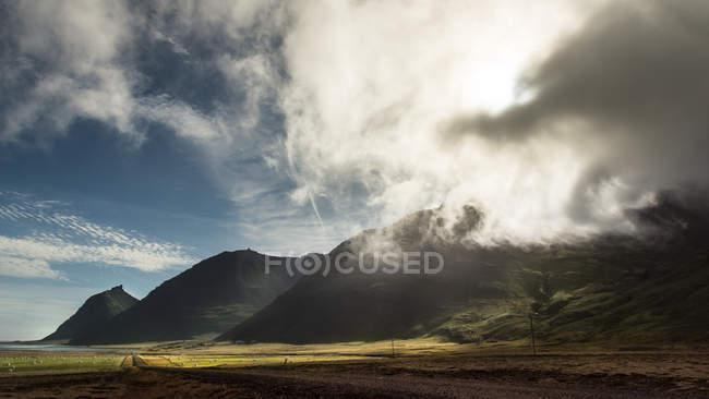 Vista panorâmica do vale a montanhas com nuvens — Fotografia de Stock