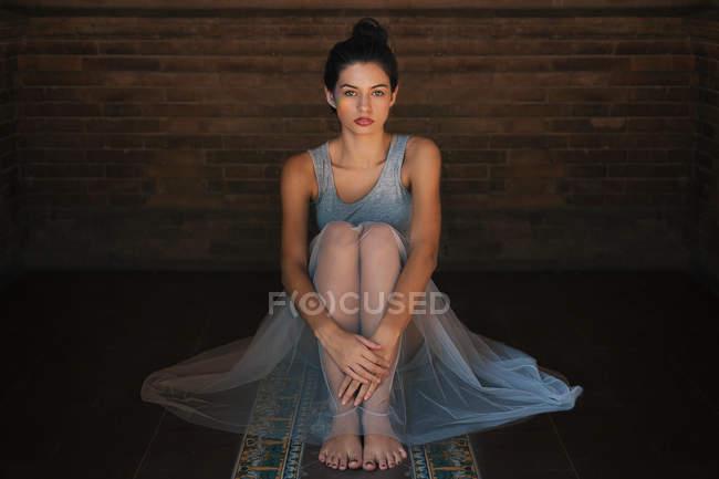 Portrait of a young woman sitting down — Fotografia de Stock