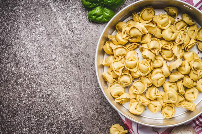 Vista de alto ângulo de tortellini em uma tigela — Fotografia de Stock