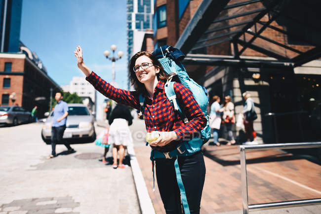Traveler woman looking for cab taxi — Foto stock