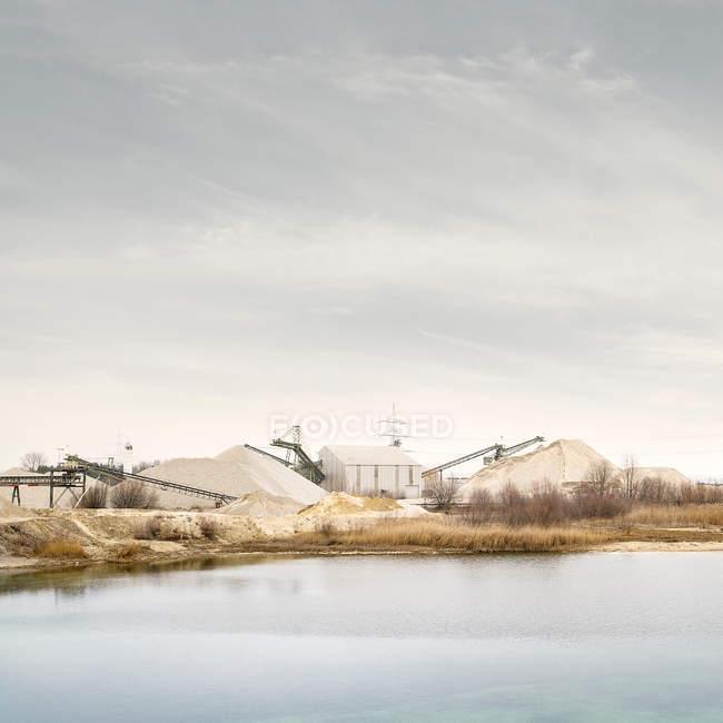 Вид на заводі за озеро проти неба. — стокове фото