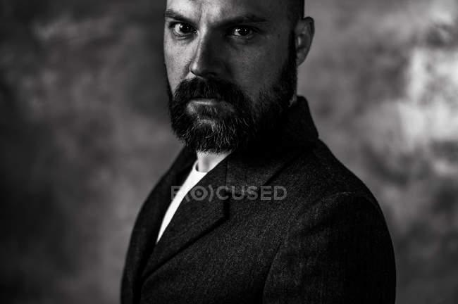 Людина з бородою, дивлячись на камеру, монохромний — стокове фото