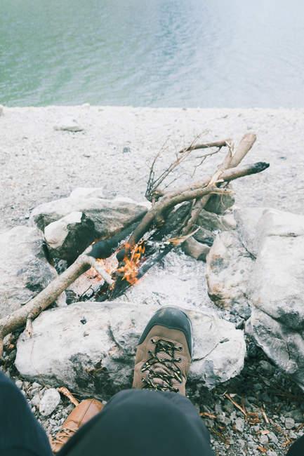 Низький розділ осіб метрів через табір вогню — стокове фото