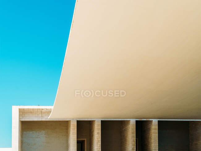 Construit une structure architecturale sous bleu ciel clair — Photo de stock