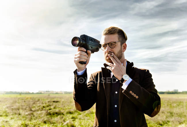Man recording with 8mm camera. — Stock Photo