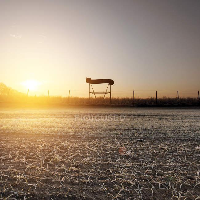 Reizvolle Aussicht auf einen ruhigen Bereich während des Sonnenuntergangs, Frost auf dem land — Stockfoto