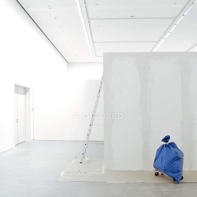 An empty white building interior — Stock Photo